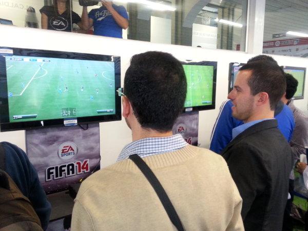 Jugando a FIFA 14